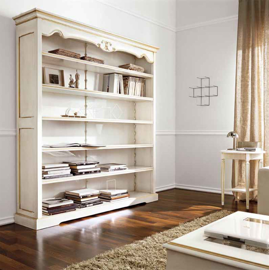 Открытый полки книжного шкафа