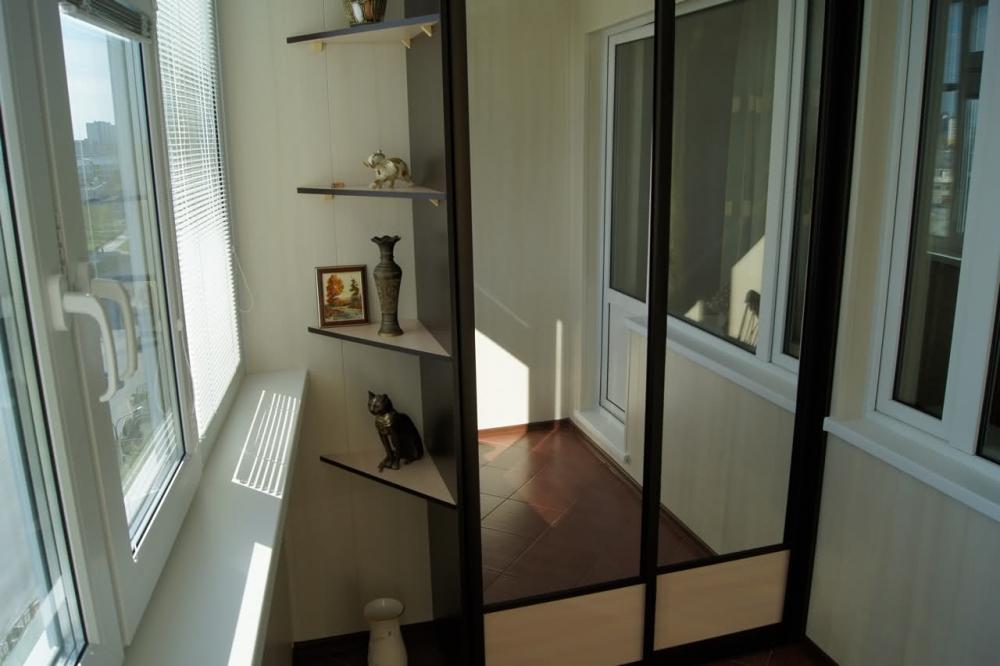 Полувстроенный зеркальный шкаф