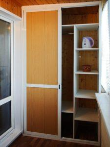 Встроенный шкаф на балконе, разновидности моделей их плюсы и.