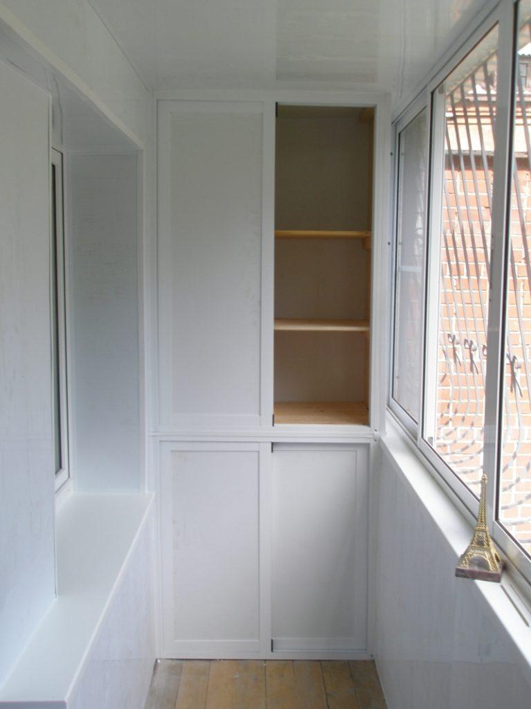 Пластиковые шкафы на балкон какими бывают, а также их плюсы .
