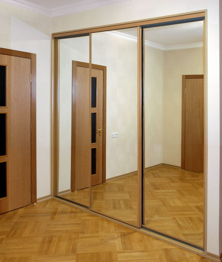 Шкаф и зеркальный фасад