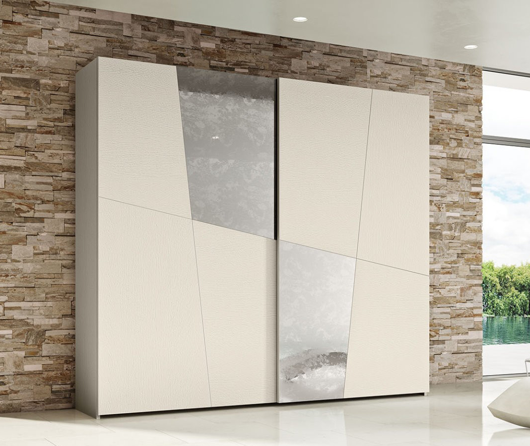 Шкаф-купе с диагональными зеркальными вставками