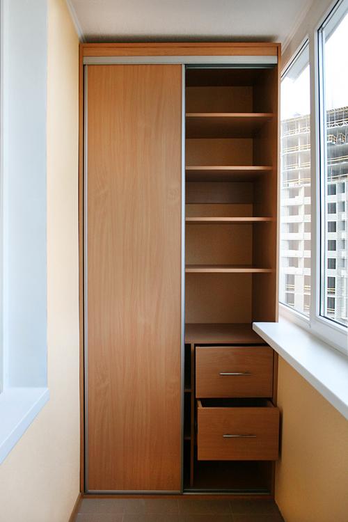 Шкаф на балконе с ящиками