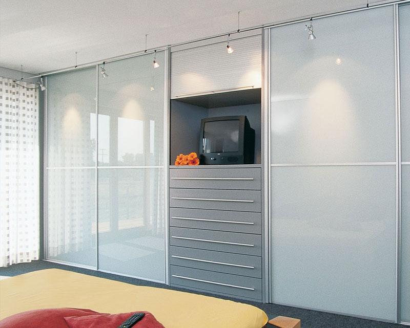 Встроенные шкафы в гостиную, какие бывают и как вписать в ин.