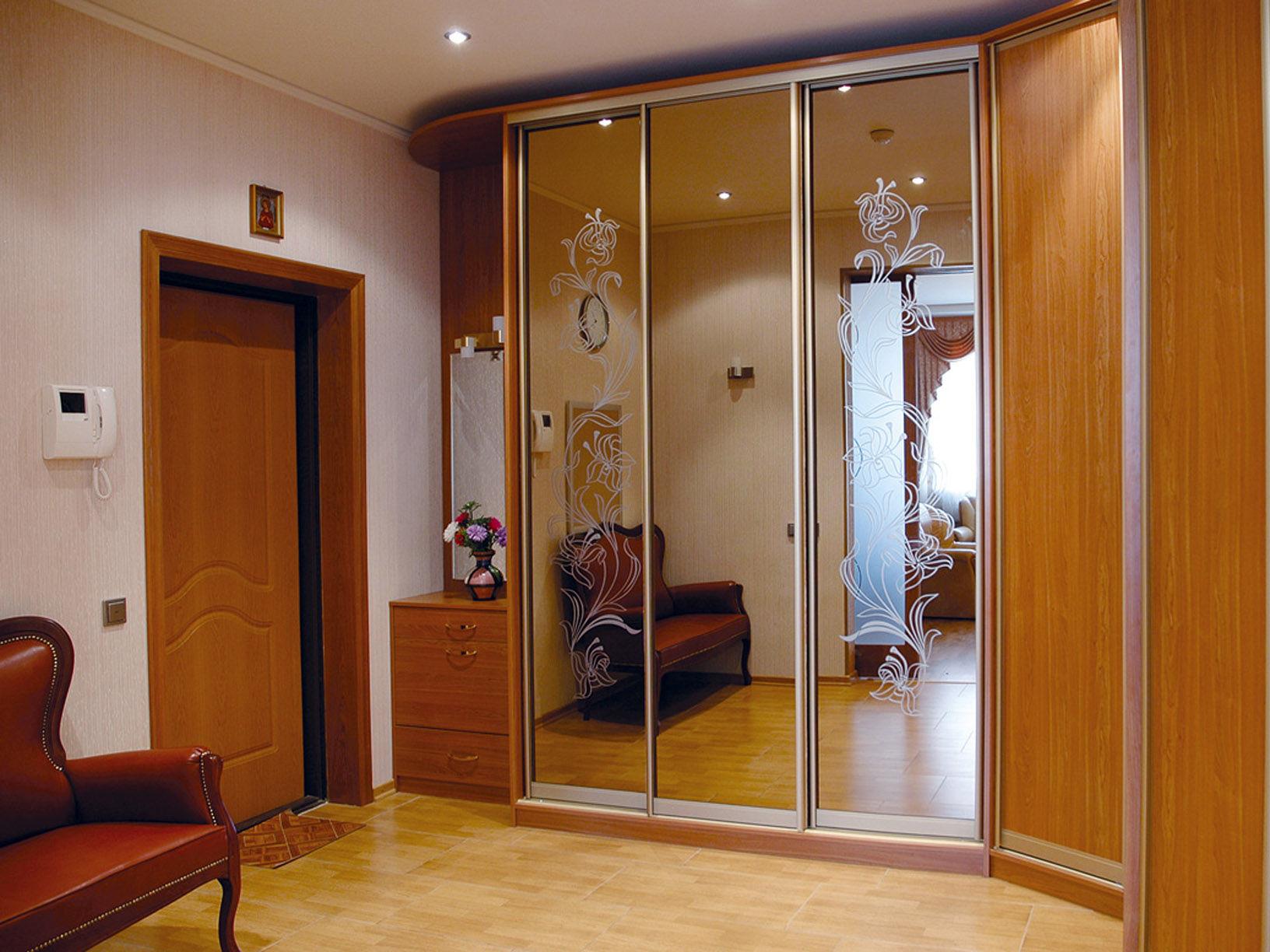 Шкаф с зеркальным фасадом для прихожей