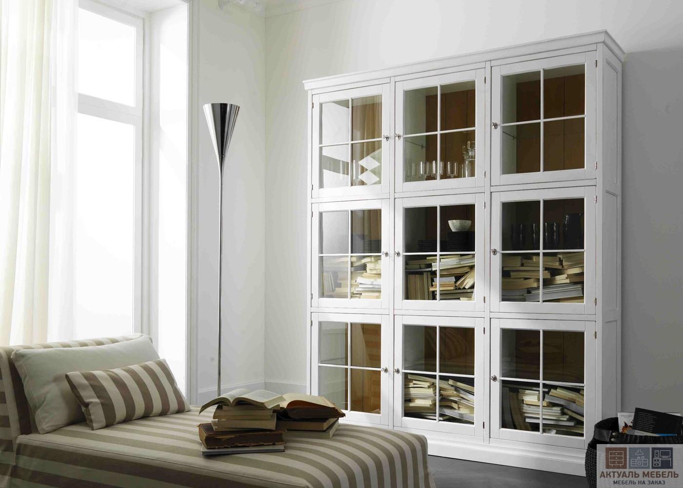 Шкаф со стеклом для гостиной
