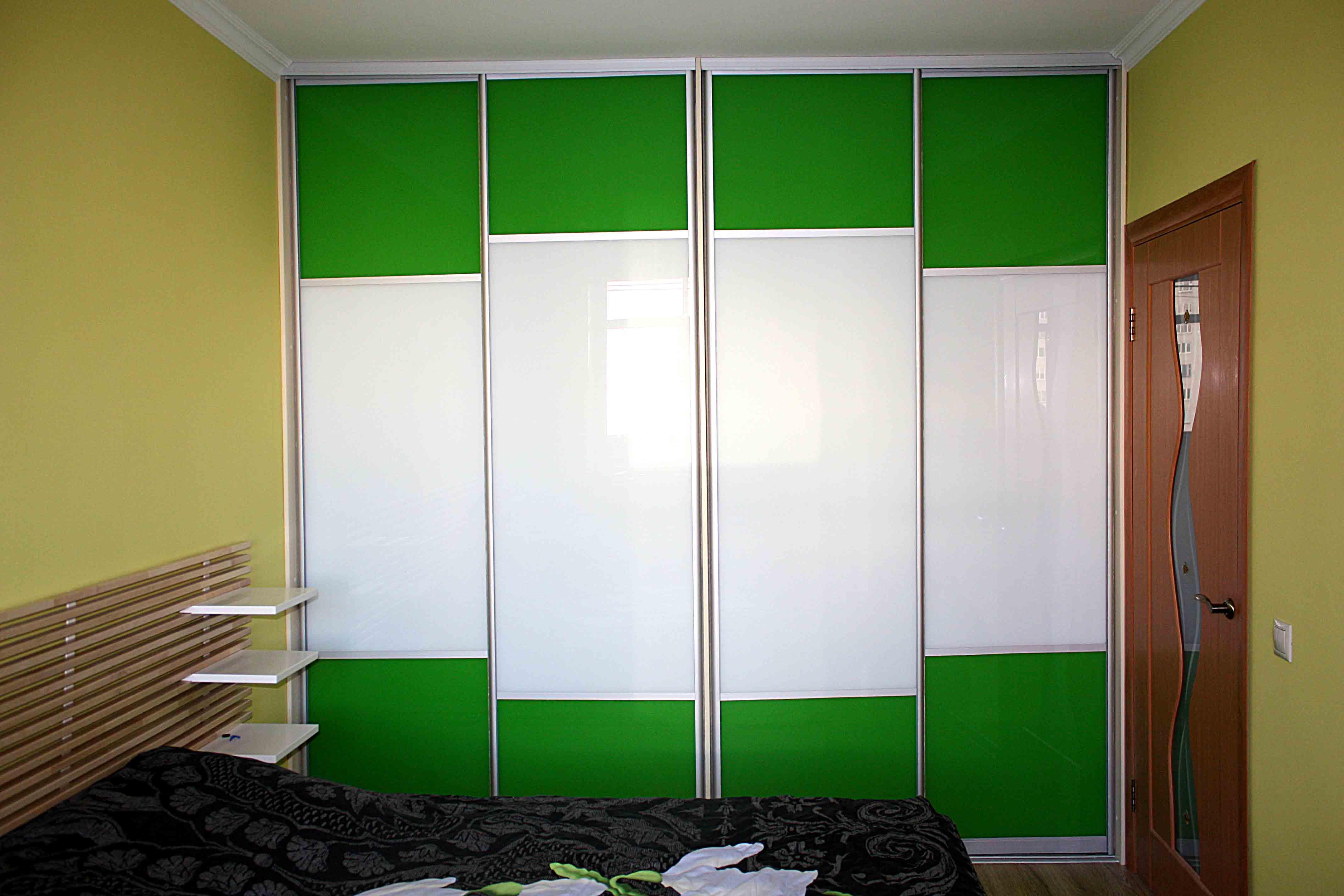 Шкаф в небольшой спальне
