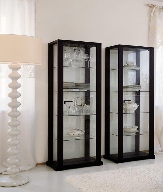 Стеклянные витрины в интерьере гостиной