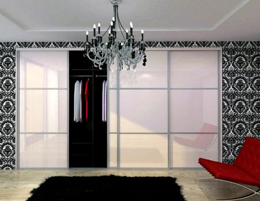 Светлый фасад встроенного шкафа