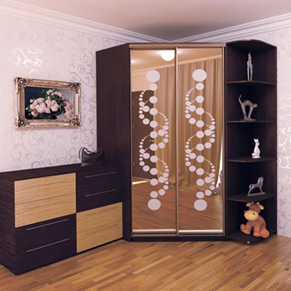 Трапециевидный шкаф-купе со стеллажом