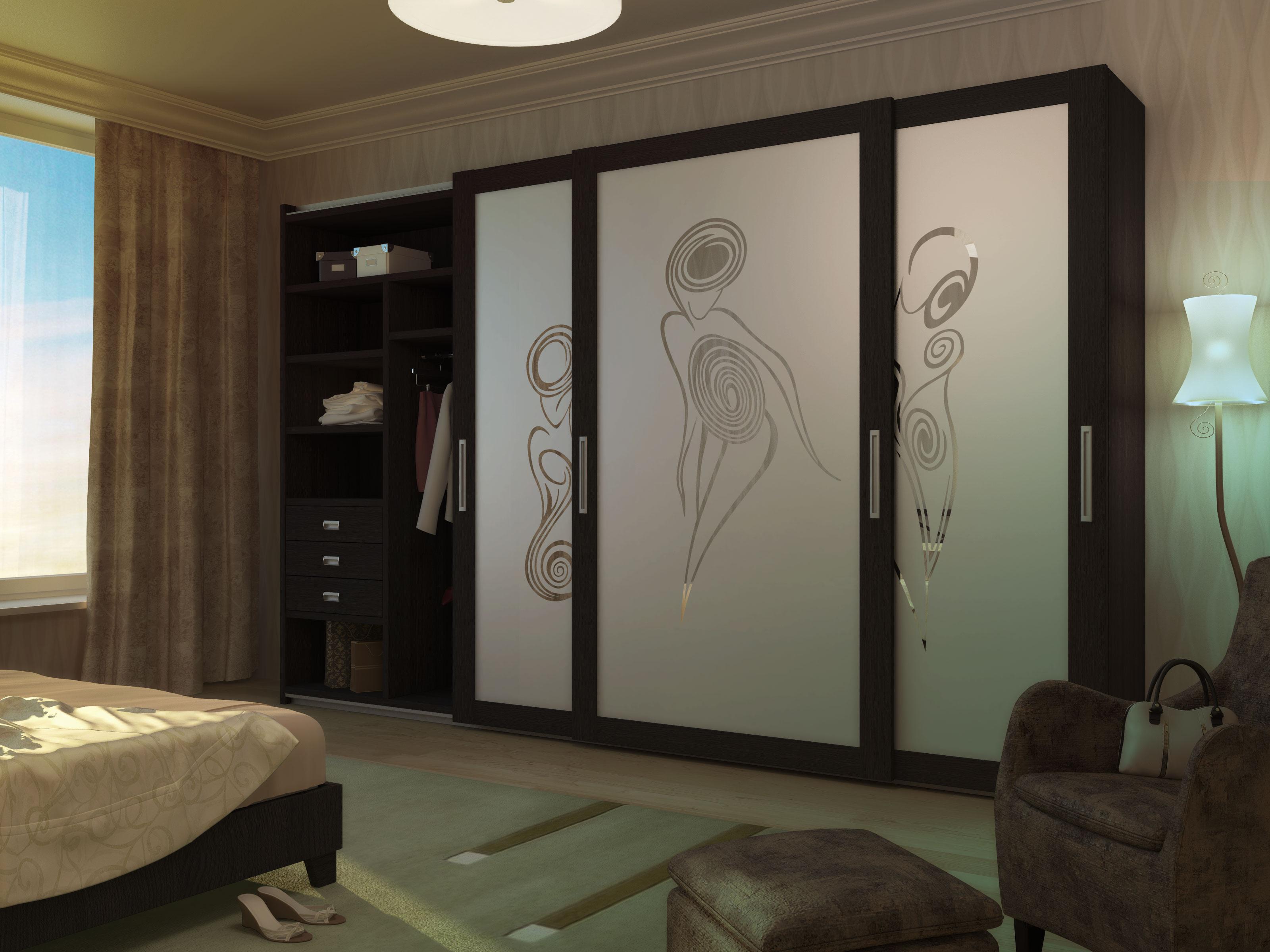 Трехдверные шкафы-купе с рисунками в спальне