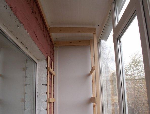 Устанавливаем деревянный каркас для шкафа