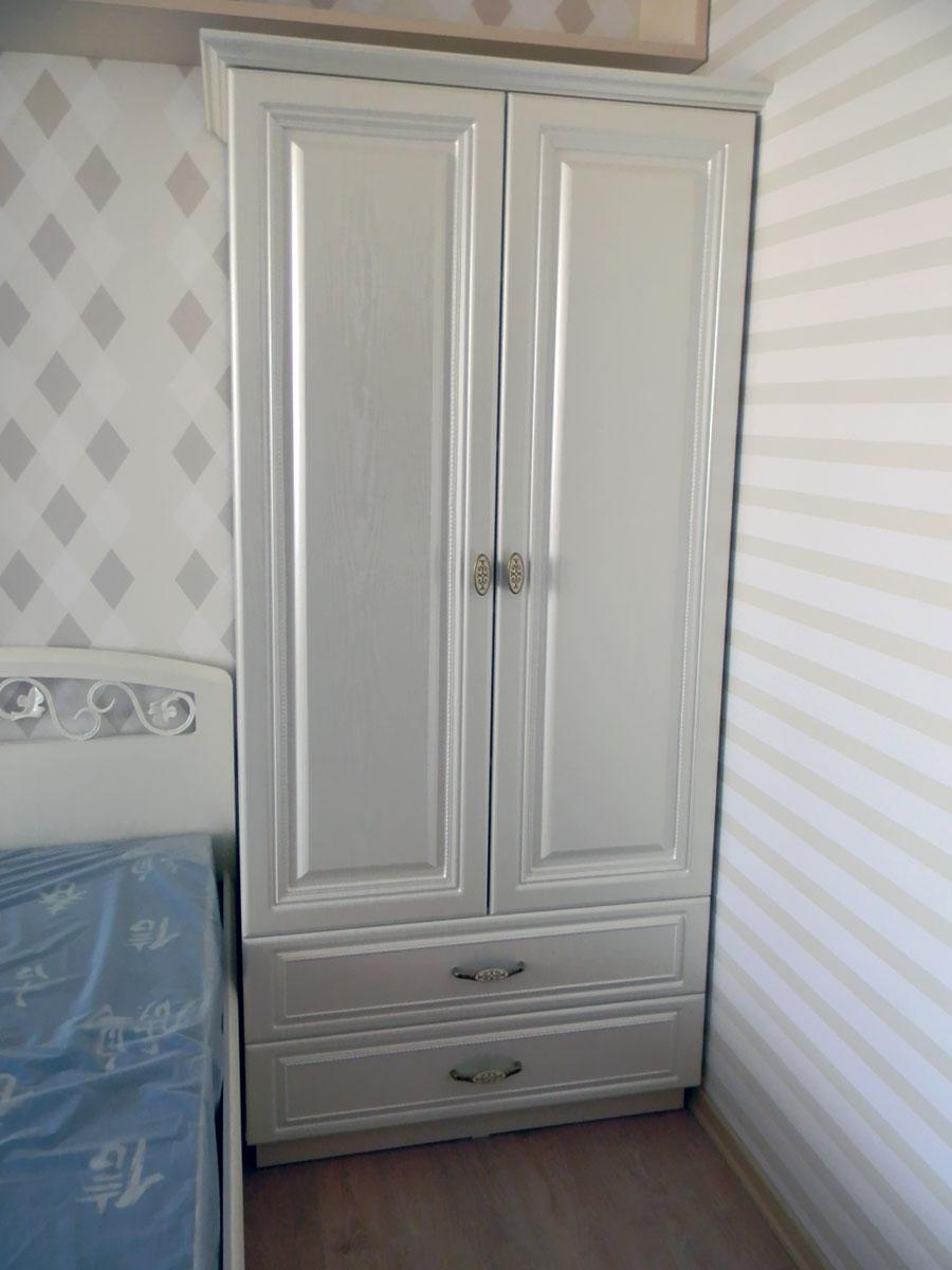 Узкий белый шкаф