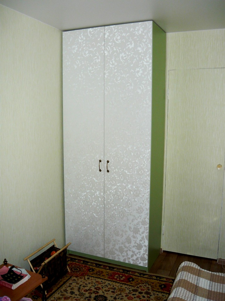 Узкий распашной шкаф