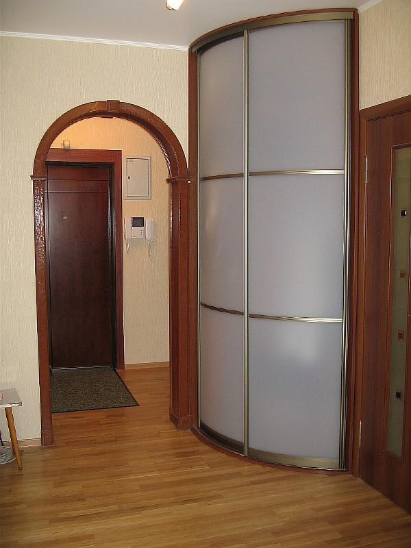 Узкий шкаф радиусного типа