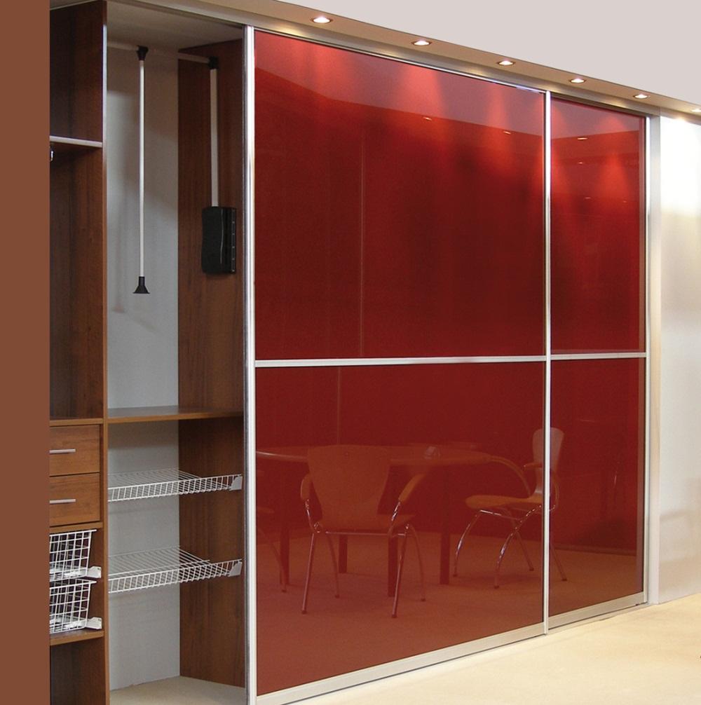 В зависимости от выбранного наполнения дверей, шкафы-купе способны визуально расширить пространство