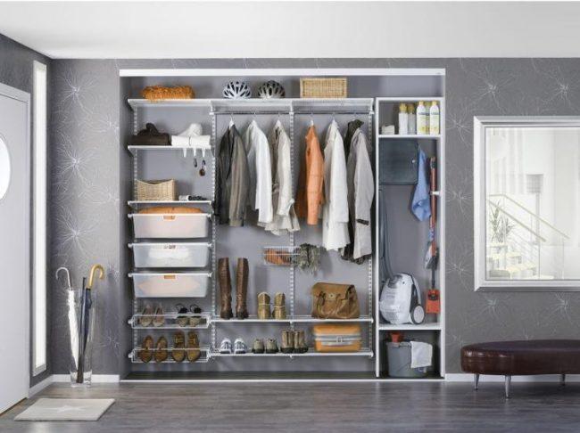 Вместительный шкаф в прихожей с достаточным количеством полок для сезонной одежды