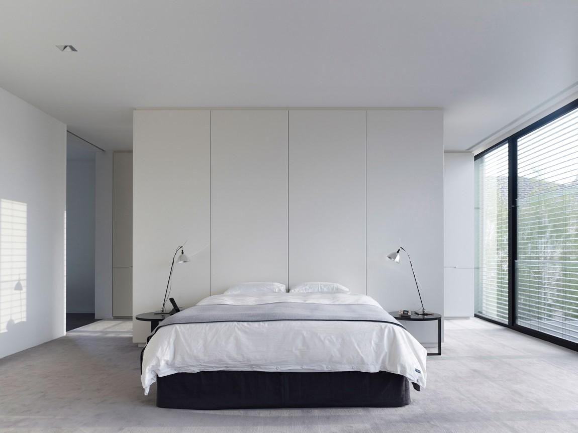 Встроенные шкафы белого цвета в спальне