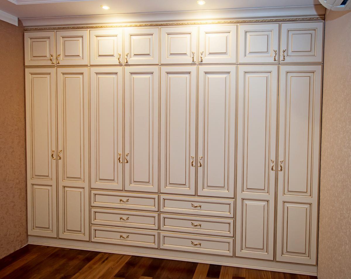 Распашной шкаф в спальню, как практичная система хранения од.