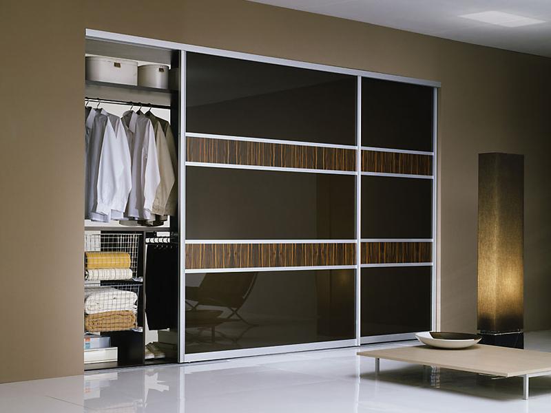 Встроенный шкаф в большой гостиной