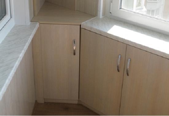 Встроенный угловой шкаф на балконе