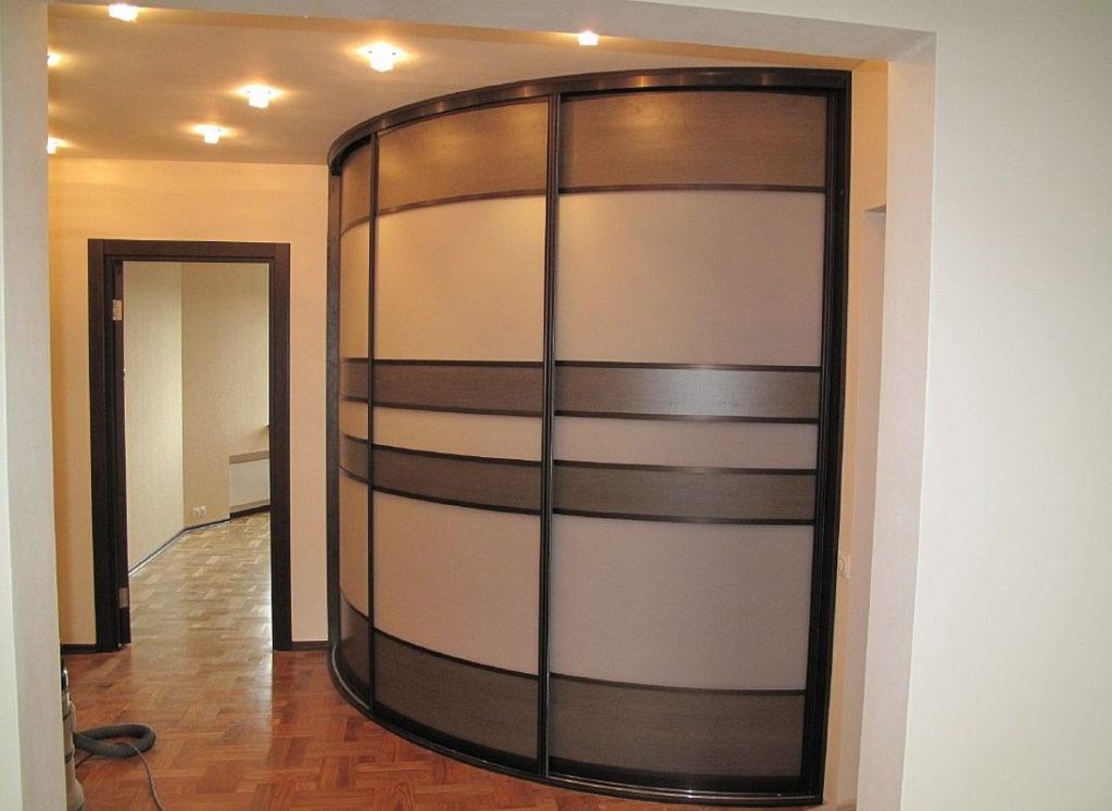 Шкаф купе радиусный трехдверный в гостиную.