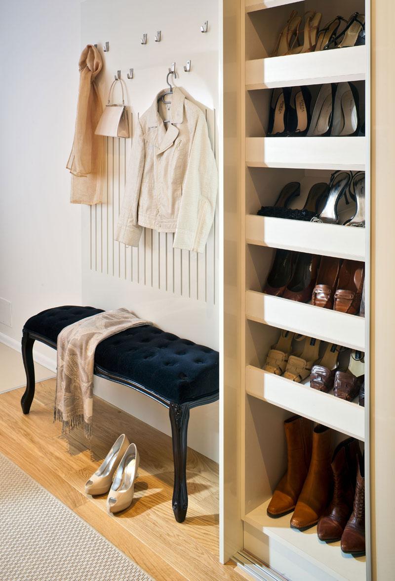 Яркий розовый шкаф для обуви в прихожую комнату