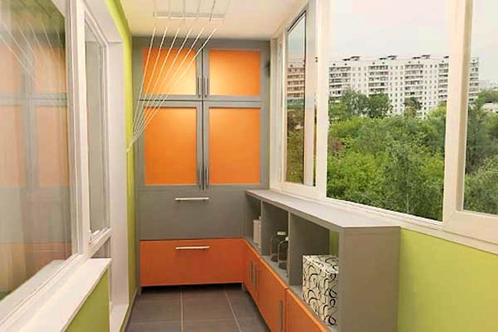 Яркий шкаф на балконе