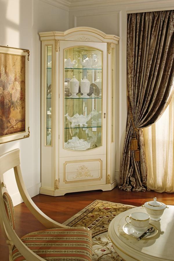 Белая мебель с витриной