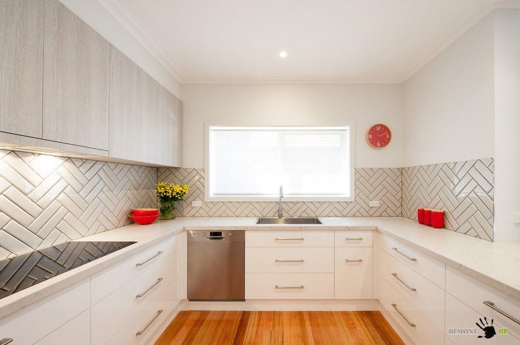 Белые гладкие кухонные шкафы
