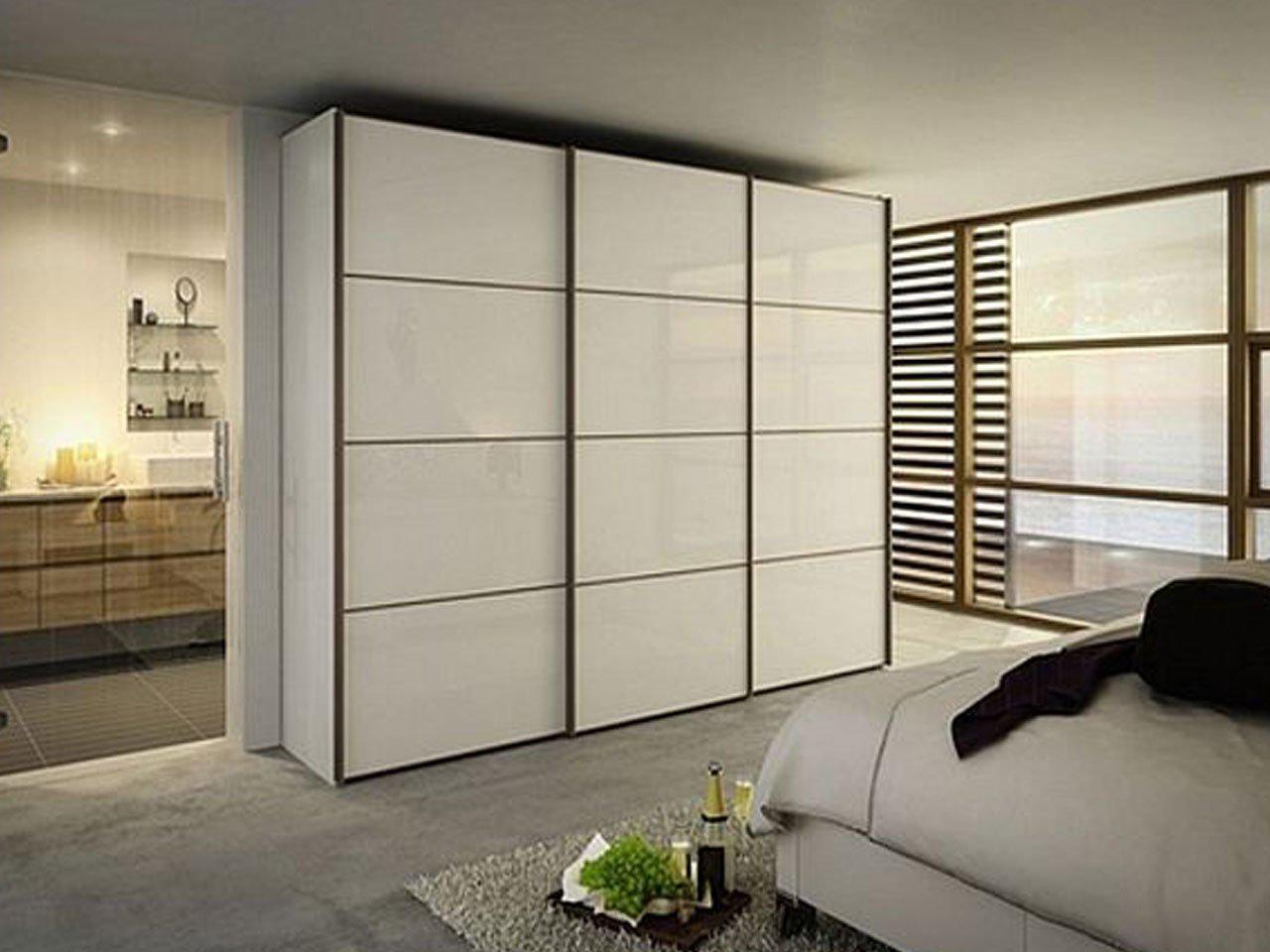 Белый шкаф купе со стеклом