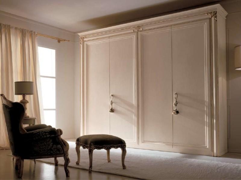 Белый шкаф с кистями