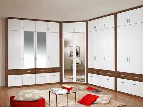Белый шкаф с коричневыми вставками
