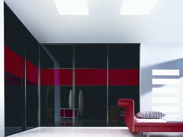 Черно-красный встроенный шкаф