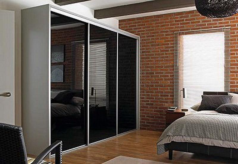 Черный стеклянный шкаф