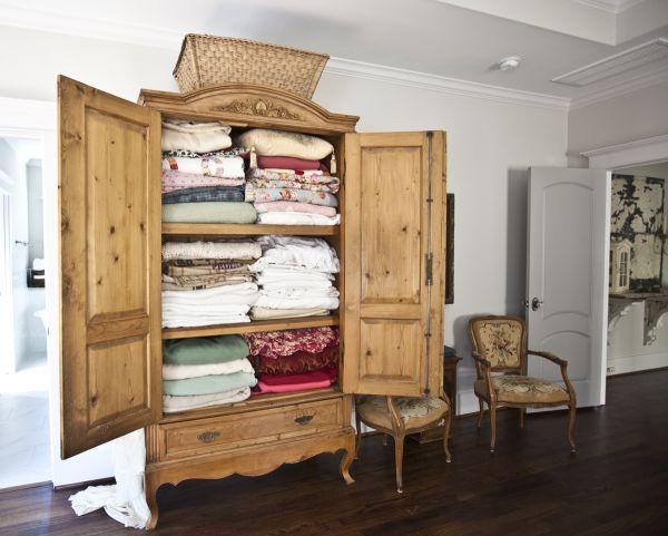 Деревянный шкаф для хранения белья