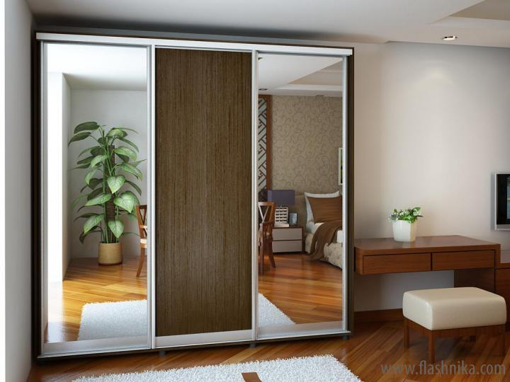 Два зеркала и дверь