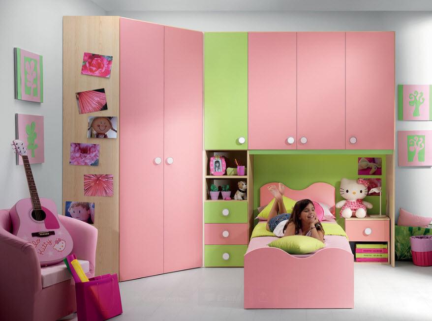 Интерьер комнаты с угловым шкафом