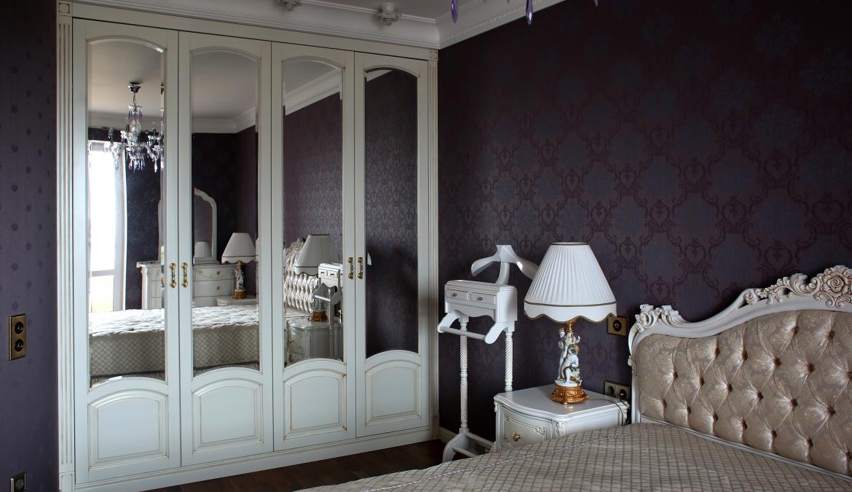 Классический встроенный платяной шкаф с распашными фасадами