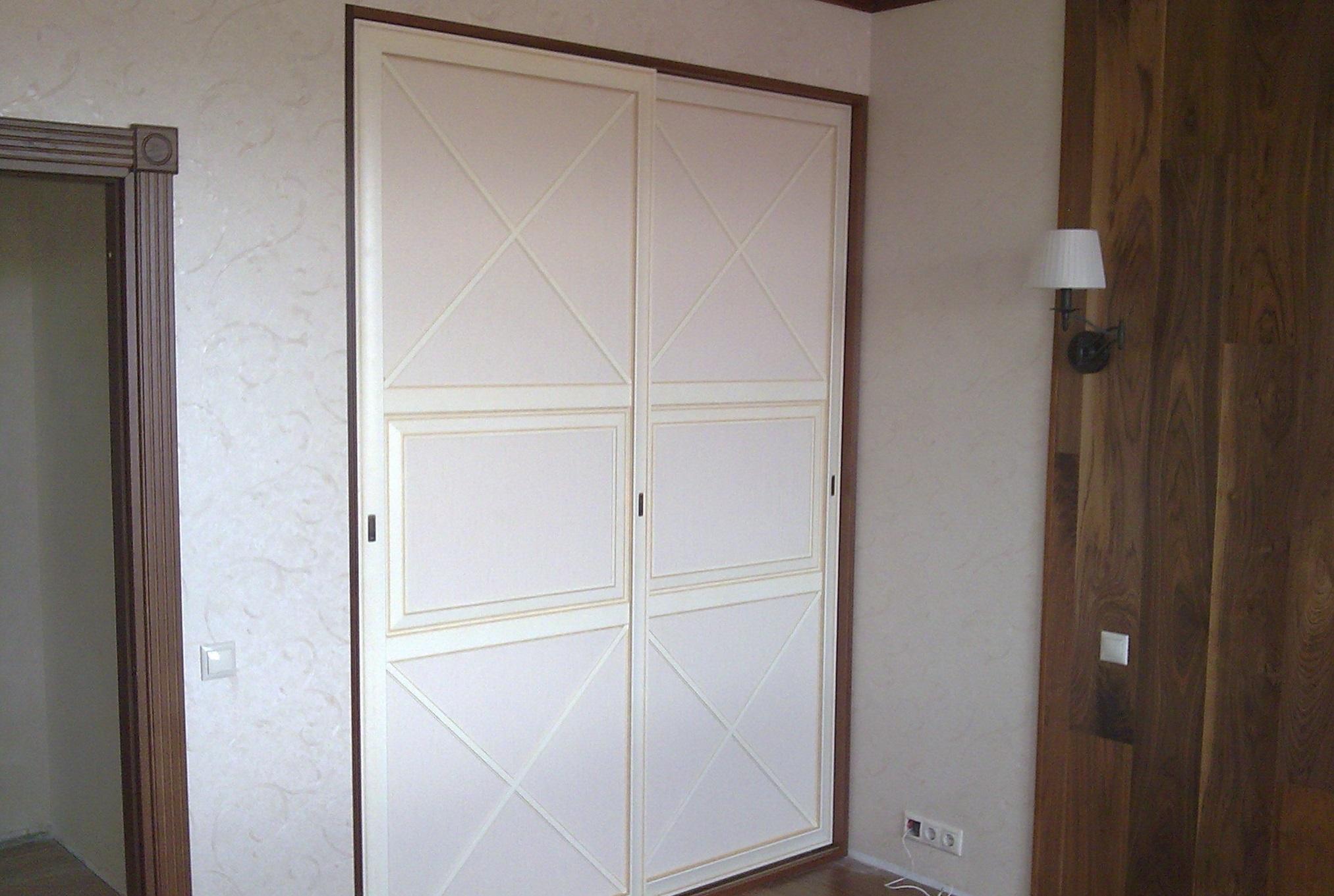 Небольшой встроенный шкаф