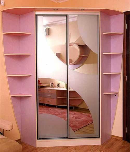 Розовый зеркальный шкаф