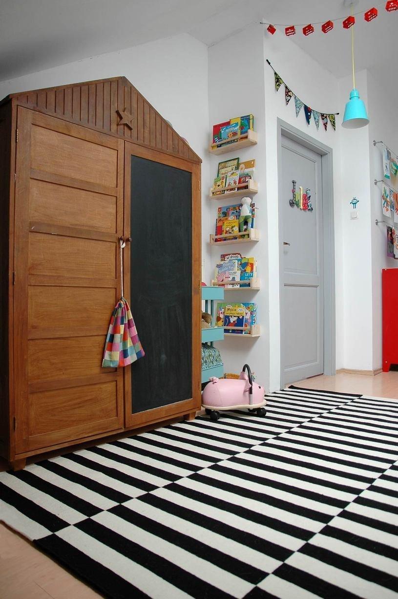 Шкаф для детской, где одна створка выполняет роль доски для рисования