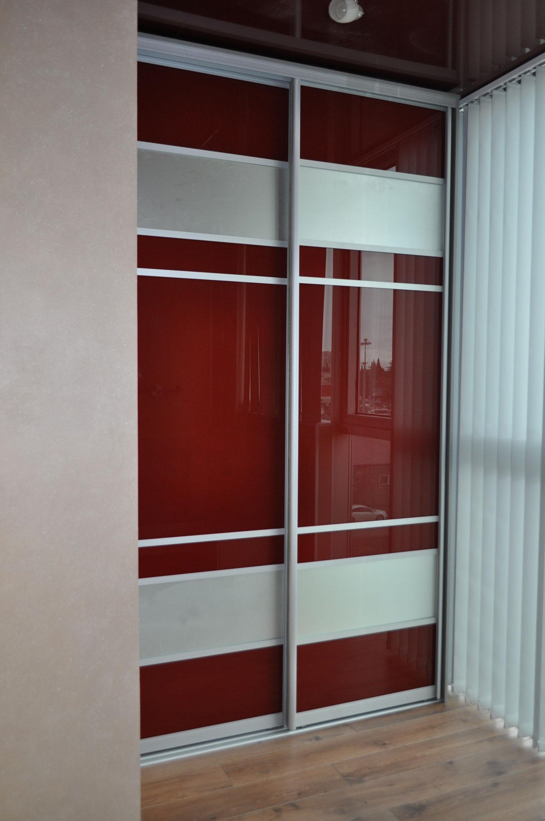 Шкаф-купе с глянцевыми дверями