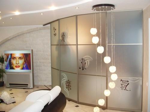 Шкаф радиусный в гостиной