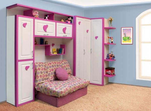 Шкаф с белыми дверцами