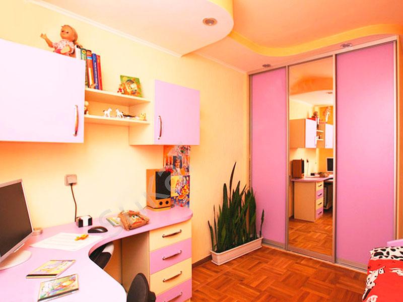 Шкаф с розовым фасадом