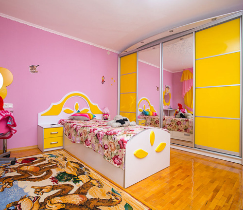 Шкаф с ярким фасадом