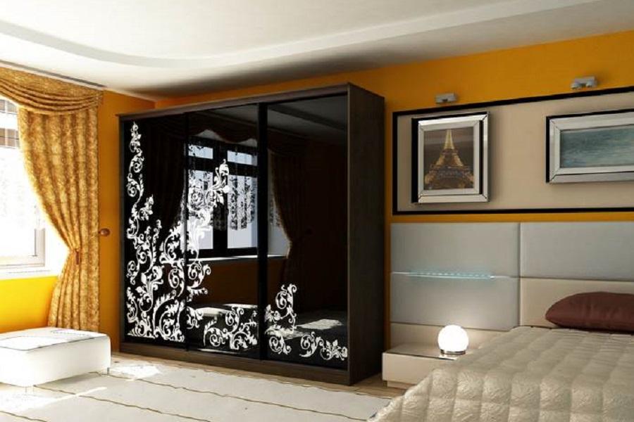 Шкаф в гостиную с узорами