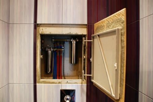 Сантехнический шкаф из зеркального пластика