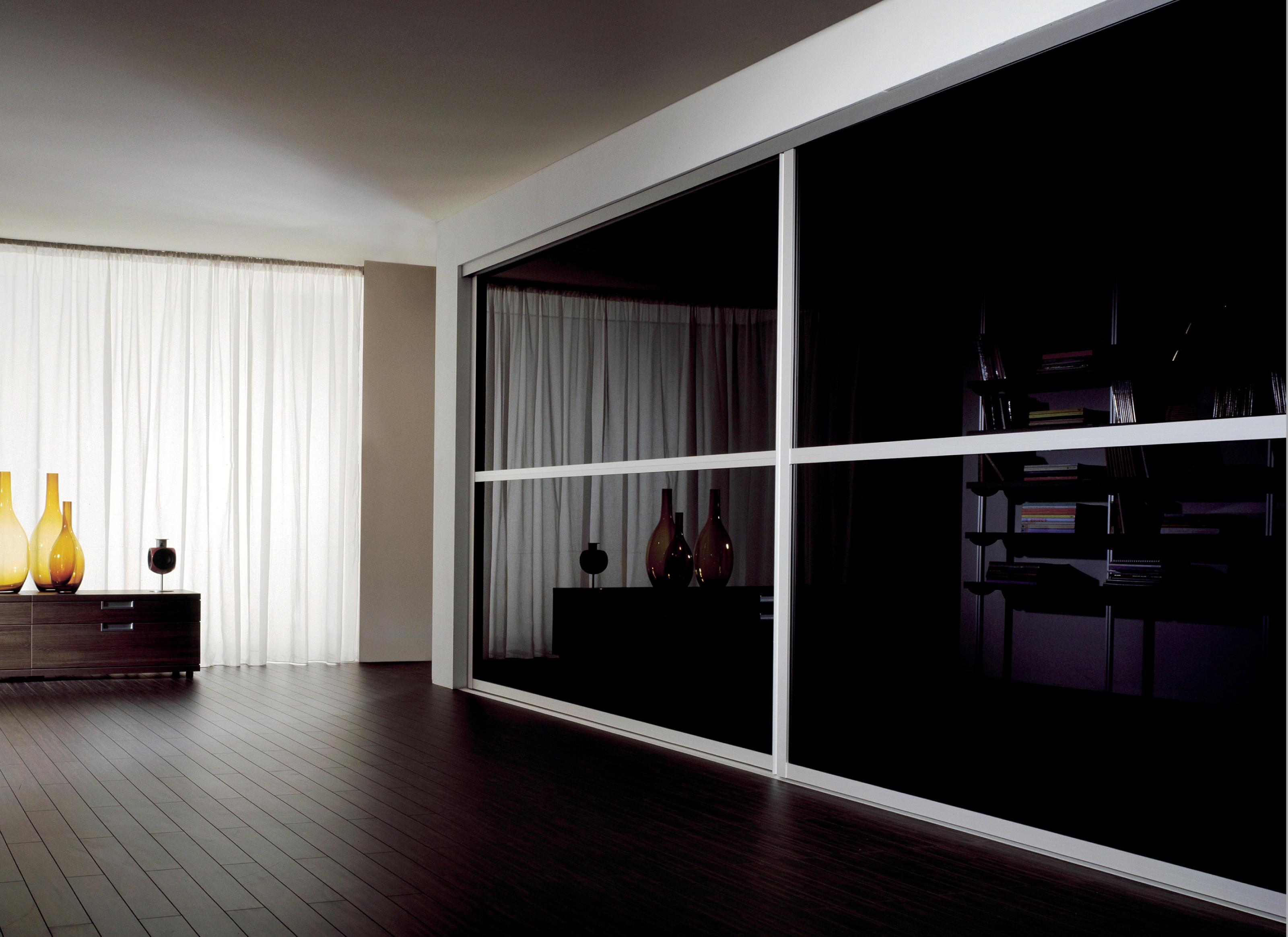Стеклянный черно белый шкаф в интерьере
